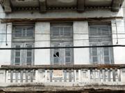 """Placa antiga de """"aluga-se"""" mostra que o prédio está vazio há tempos."""