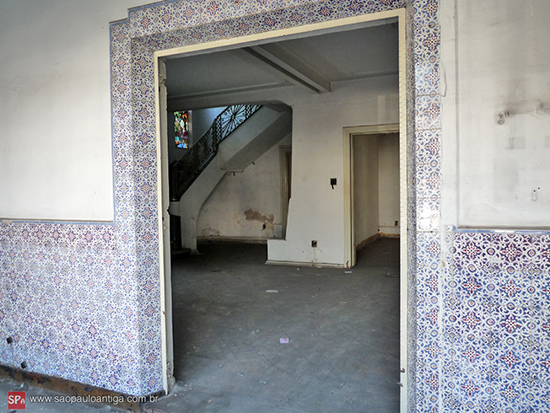 Azulejos decoram a casa. Ao fundo, vitrais junto à escada. (clique para ampliar).