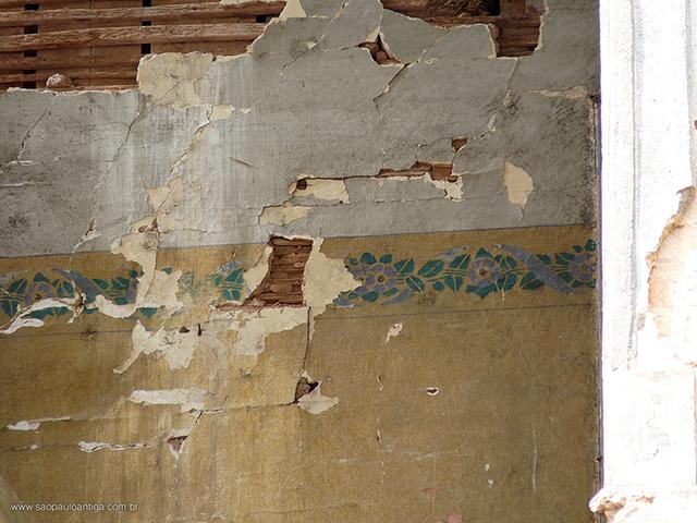 Detalhe do andar superior, com destaque ao material construtivo e papel de parede (clique para ampliar)