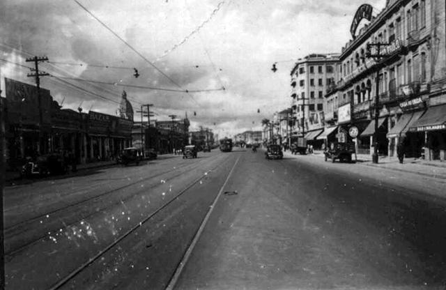 O prédio está do lado direito nesta foto da década de 40
