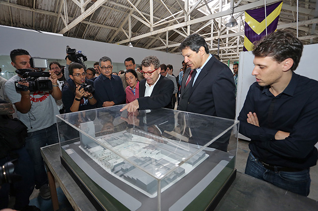 Secretário de Cultura Nabil Bonduki e o Prefeito Haddad observam maquete da Vila Itororó