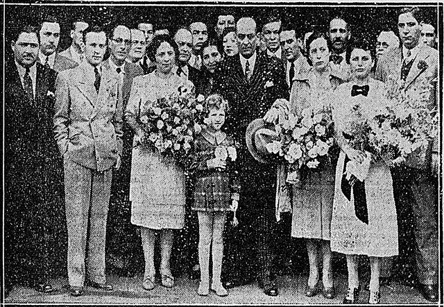Na foto de 1937, Sabbado D'Angelo está no centro segurando um chapéu.