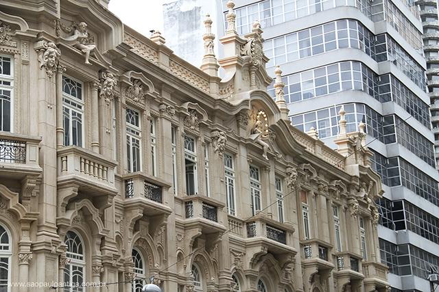 A arquitetura moderna de edifícios vizinhos em contraste com o palacete (clique para ampliar)