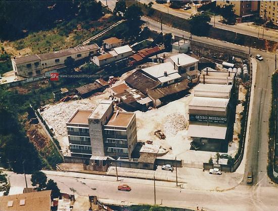 Em foto aérea dos anos 80, a fábrica em plena operação (clique para ampliar).