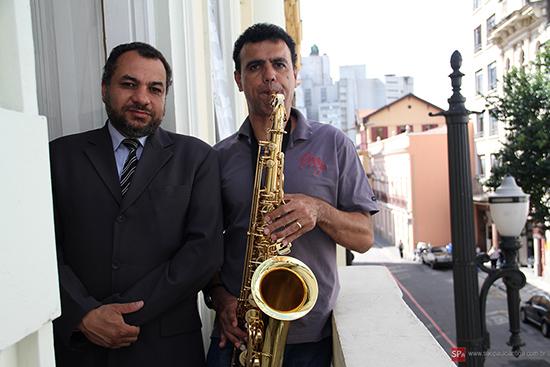 O proprietário Luiz Antônio e seu saxofonista que conheceu nas ruas de São Paulo (clique para ampliar).