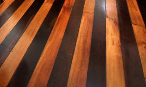 No piso do imóvel restaurado, ipê e peroba rosa.