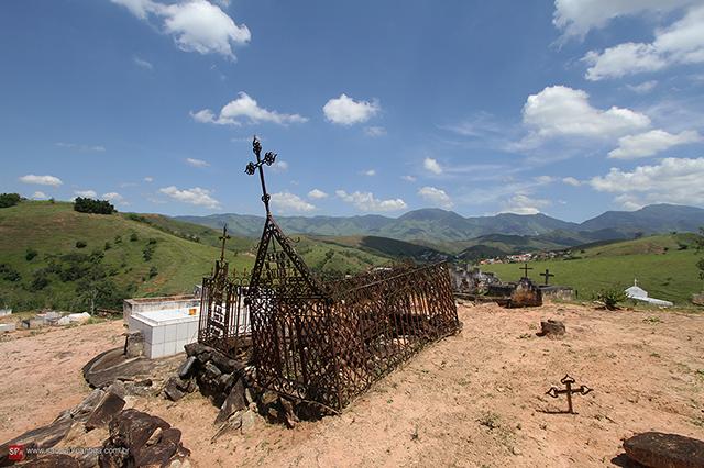 O incrível contraste da Serra da Bocaina e a sepultura (clique para ampliar).