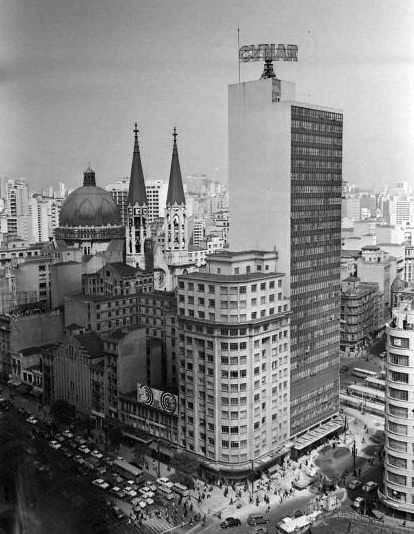 O edifício e seus vizinhos em 1967.