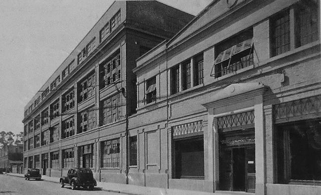 Rua Solon e a fábrica da Ford no início dos anos 40 (clique para ampliar).