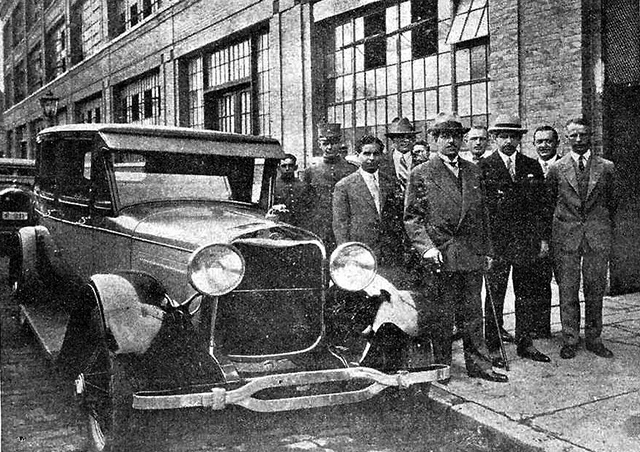 Júlio Prestes e outros políticos visitam a fábrica da Ford em 1929