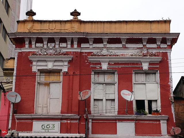 Detalhes da fachada sobrevivem (clique na foto para ampliar).