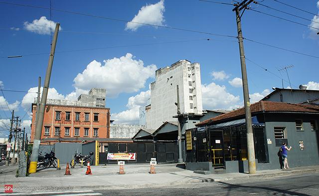 Na foto a entrada da antiga garagem de bondes e trólebus (clique para ampliar).