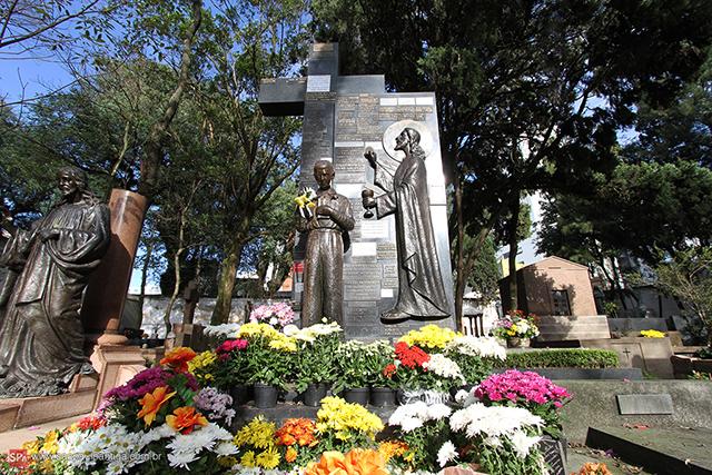 Túmulo de Antoninho da Rocha Marmo - Clique para ampliar.
