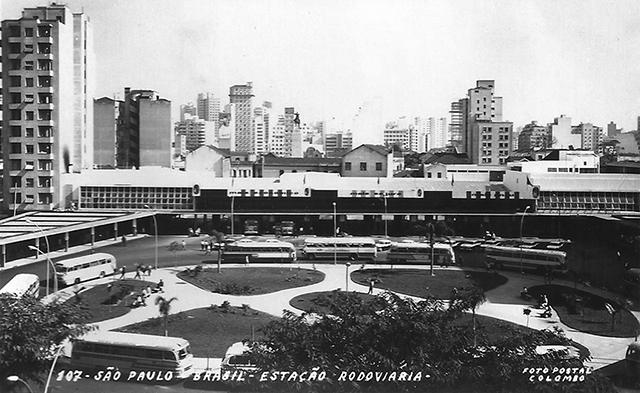 Terminal rodoviário da Luz na Praça Júlio Prestes, meados da década de 1960. Foto: Postais Colombo.