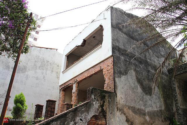 Uma das várias casas da Rua Topázio que foram demolidas recentemente (clique para ampliar).