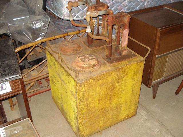 Bomba antiga à venda em antiquario (clique na foto para ampliar)