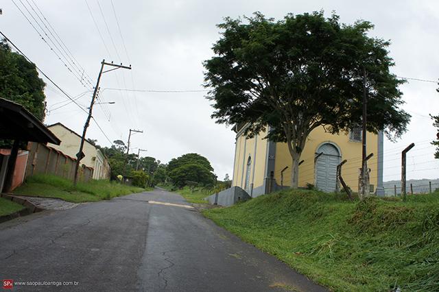 A rua principal de Entre Montes atualmente / Clique na foto para ampliar.
