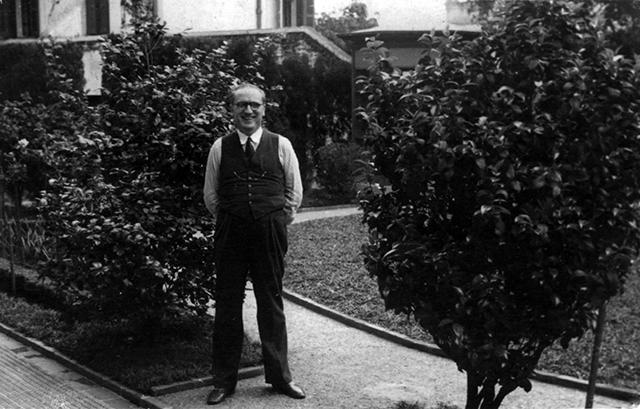 Na foto, Nicolau Schiesser no jardim de sua residência (anos 1940).