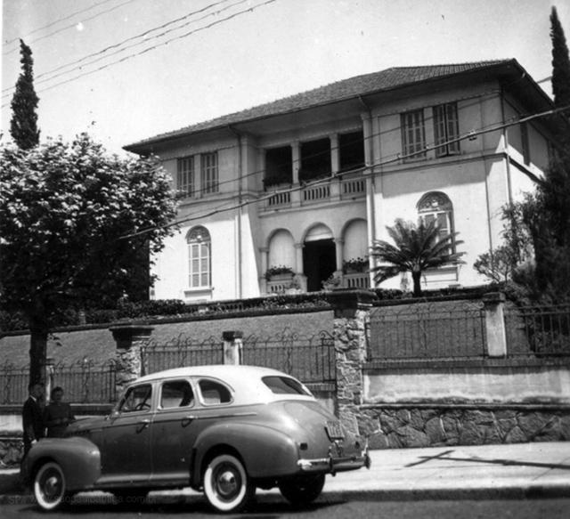 Residência e o carro de Nicolau Schiesser, início dos anos 40 (clique na foto para ampliar).