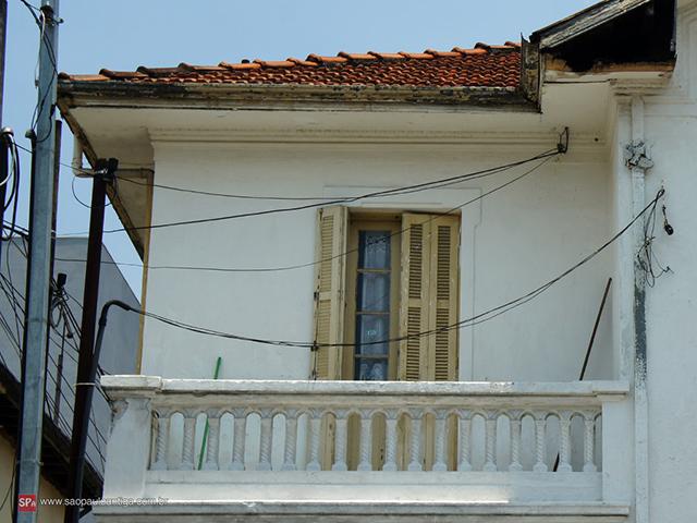 A fachada está boa, mas requer reparos (clique na foto para ampliar).