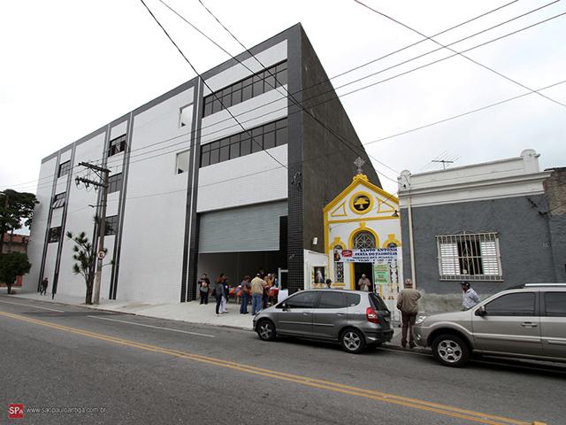 """No Belezinho, capela centenária foi """"engolida"""" pelo prédio à esquerda."""