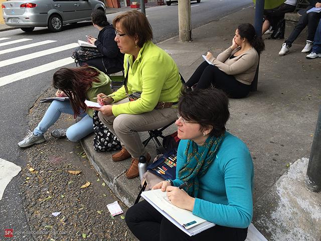 Grupo desenhando na rua Guaianases (clique para ampliar).