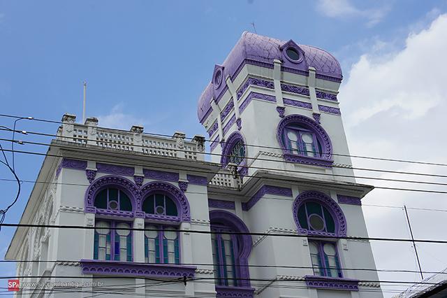 Riqueza de detalhes é característica de sua fachada (clique na foto para ampliar).