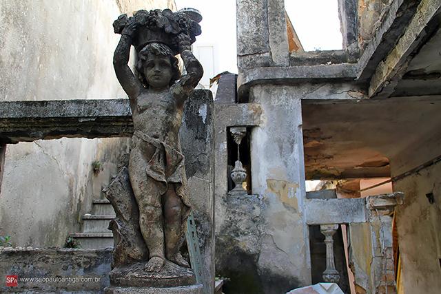 Só escombros e uma estátua solitária (clique para ampliar).