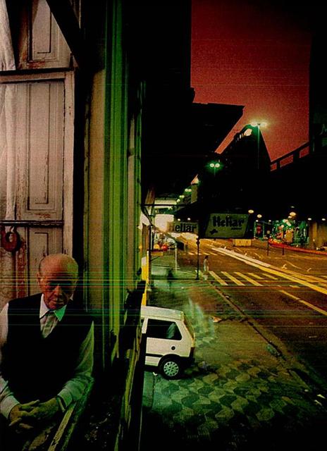 Oswaldo Ferrara na janela da casa em 1993 (Crédito: Revista Veja 02/06/1993)