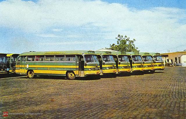 Ônibus estacionados no pátio da empresa (clique para ampliar).