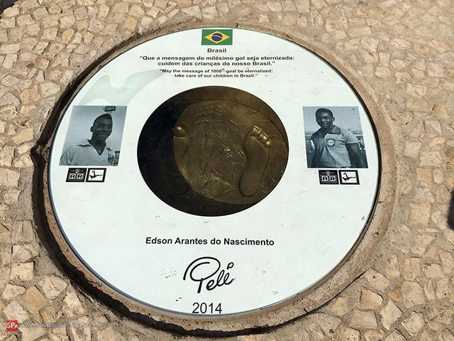 As pegadas de Pelé, agora eternas (clique na foto para ampliar).