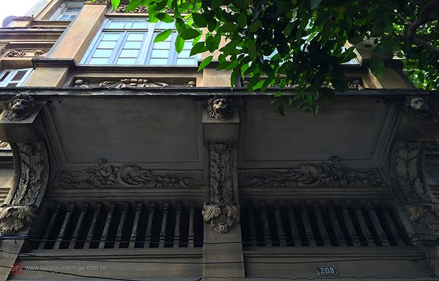 A fachada é rica em detalhes (clique para ampliar).