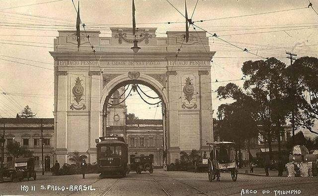 O Arco do Triunfo paulistano em agosto de 1921 (clique para ampliar).