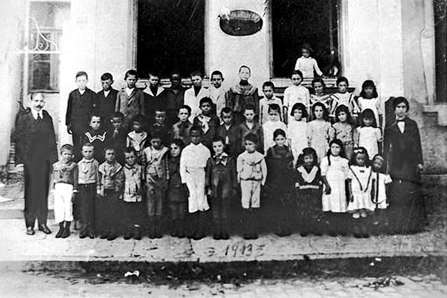 João Penteado e seus alunos em 1913 (ele é o homem à esquerda).