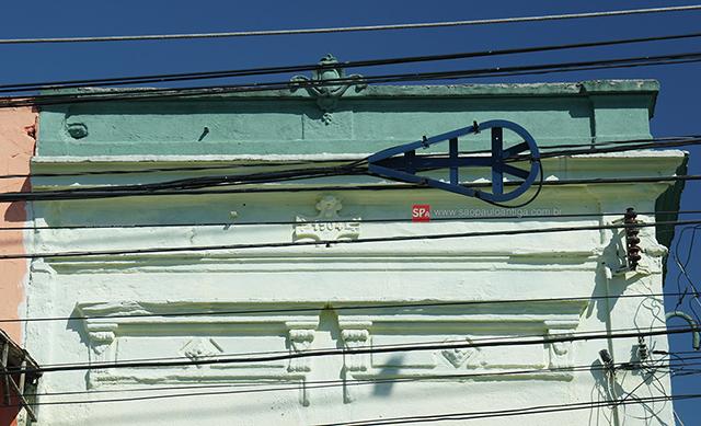 Detalhe da fachada (clique na foto para ampliar).