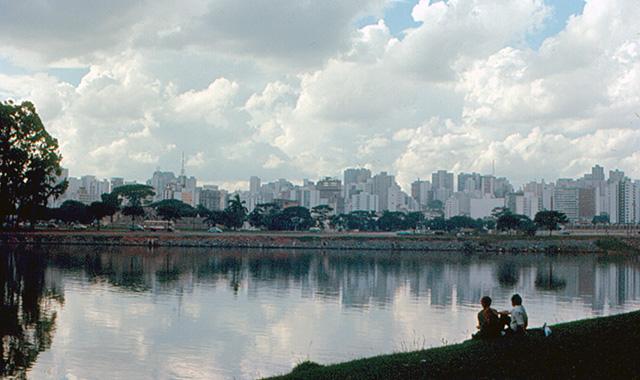 O Parque do Ibirapuera, com o skyline da cidade ao fundo (clique para ampliar).