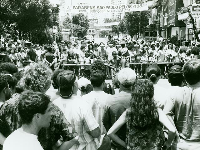 Em 1992, uma multidão pronta para devorar o bolo (clique para ampliar).