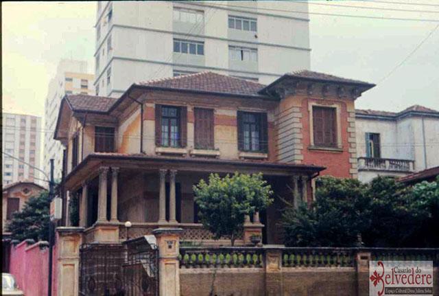 A figueira fica aos fundos do Casarão do Belvedere, na rua Pedro.
