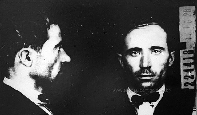 Pistone pouco ao ser fichado pela polícia em 1928