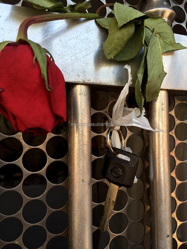 A chave de um Nissan presa a grade do túmulo: mais uma graça alcançada