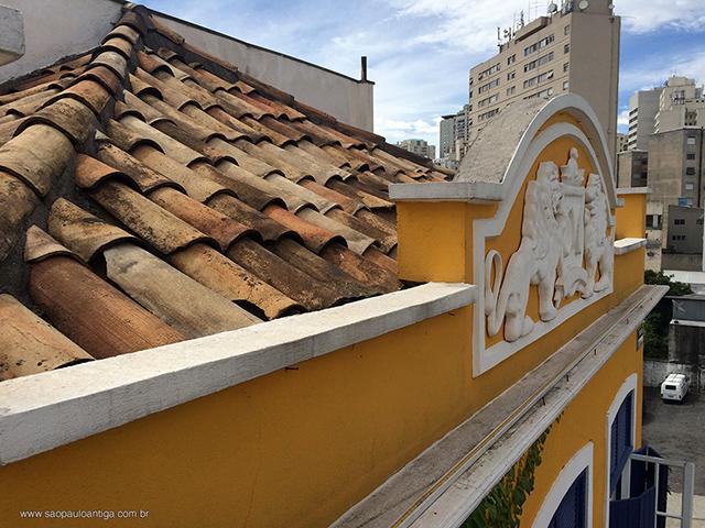 As telhas foram aproveitas de imóvel dos anos 30 (clique na foto para ampliar)