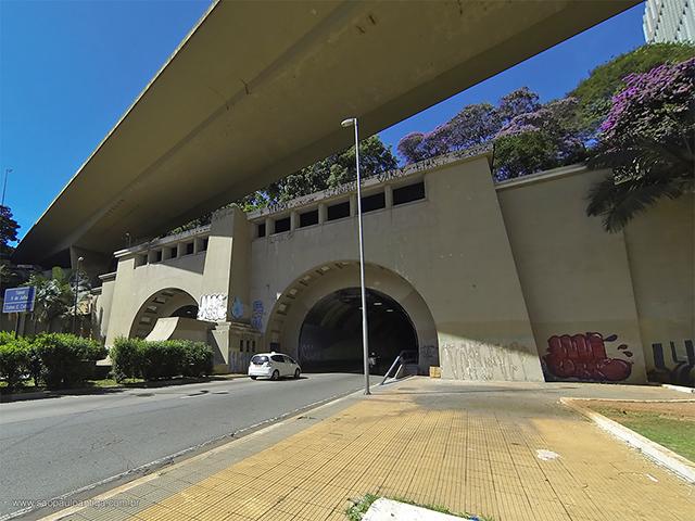 Vista da entrada e saída dos túneis, no lado do centro da cidade (clique para ampliar)