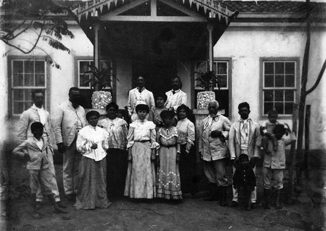 Família Alves de Lima diante do casarão da Fazenda Chapadão em 1918 (clique para ampliar)