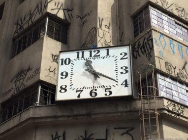 Casas Bahia limpa relógio do antigo Mappin