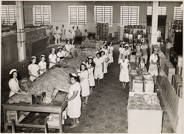 Fábrica e funcionárias da fábrica em 1950