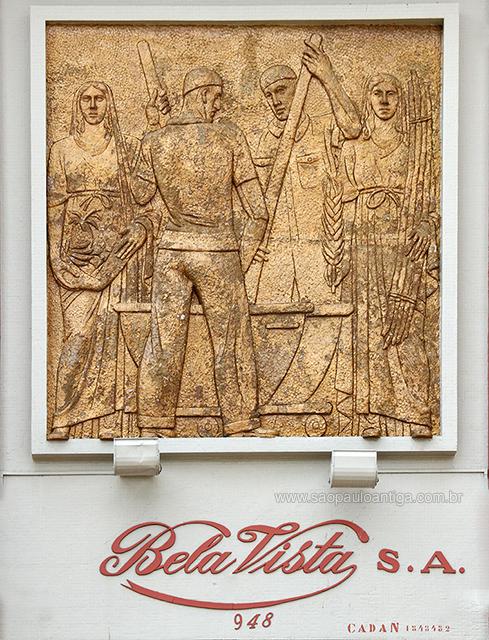 O belíssimo painel na entrada da fábrica representa a produção de balas (clique na foto para ampliar)