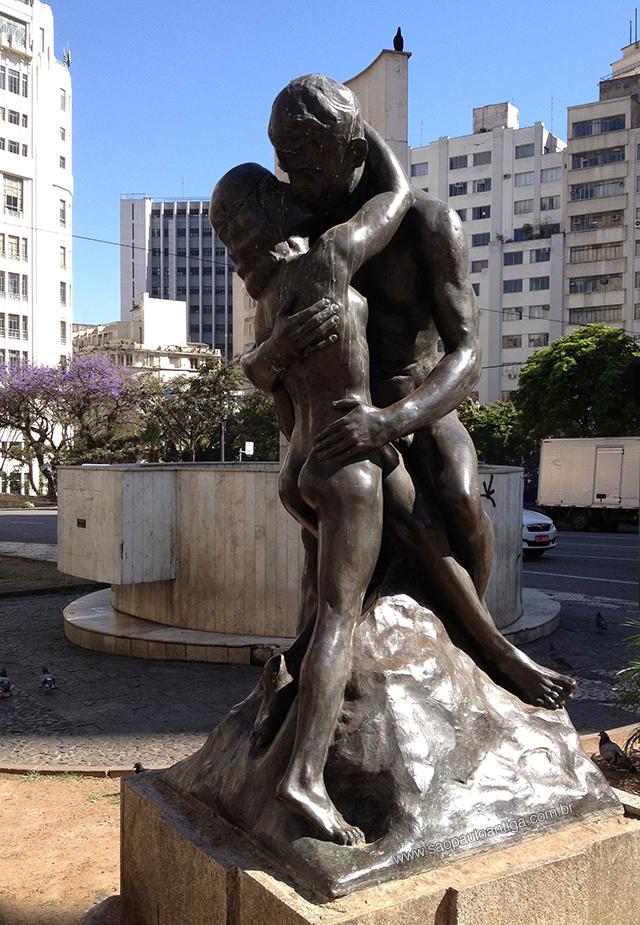 """A escultura """"Beijo Eterno: em seu local atual"""