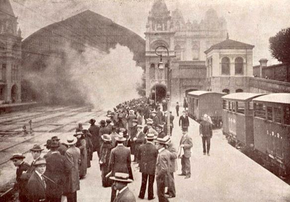 6f97509655b21 Paulistanos de chapéu na cabeça aguardam trem na Estação da Luz (1914)