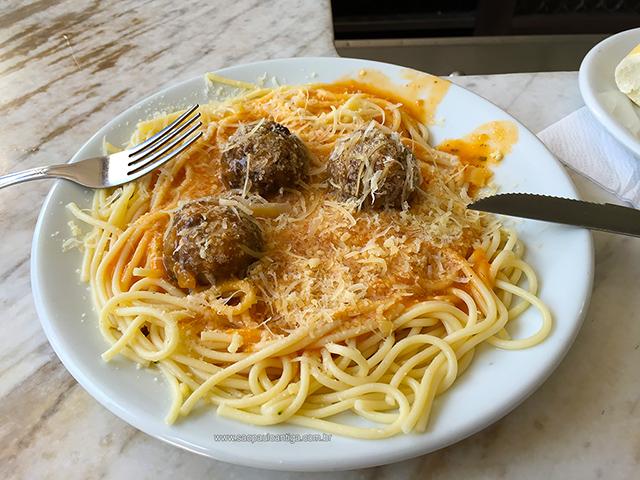 Espaguete com almôndegas, um dos meus pratos favoritos (clique para ampliar)