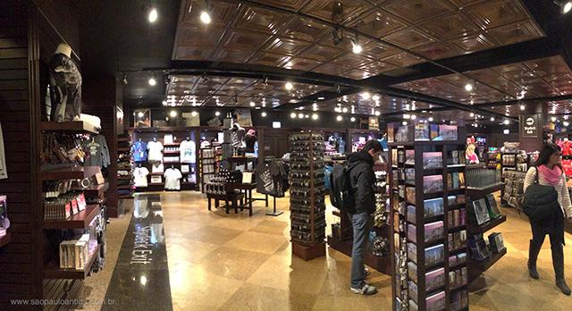 Em Chicago é esta loja de souvenires que te espera na saída do Skydeck (clique para ampliar)